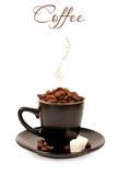 Café en una taza negra en el fondo blanco Foto de archivo libre de regalías