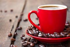 Café en una taza roja Imágenes de archivo libres de regalías