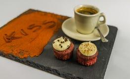 Café en una taza y dos molletes sabrosos y el beso de la palabra Fotografía de archivo