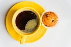 Café en una taza y un mollete fotos de archivo libres de regalías