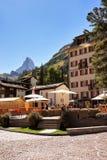 Café en Zermatt con el pico de montaña de Cervino fotografía de archivo