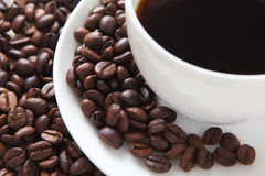 Café entouré avec des grains de café Photo libre de droits