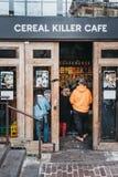 Café entrant de tueur de céréale de personnes à Camden, Londres, R-U photos libres de droits