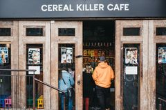 Café entrant de tueur de céréale de personnes à Camden, Londres, R-U image libre de droits