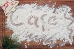 Café escrito en el tablero de madera con la decoración de la Navidad Fotos de archivo