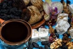 Café est avec les bonbons orientaux Images stock