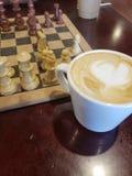 Café et échecs photographie stock libre de droits