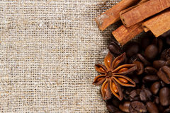 Café et épice sur un tissu rugueux Photographie stock libre de droits