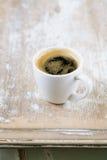 Café et amandes de café express sur la vieille table rustique photo libre de droits