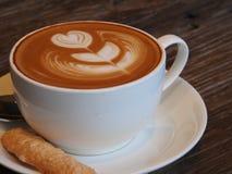 Café et biscuit d'art de Latte image stock