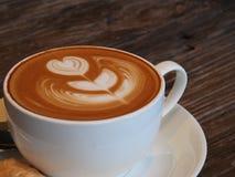 Café et biscuit d'art de Latte Photos libres de droits