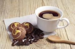 Café et biscuits avec du chocolat Images stock