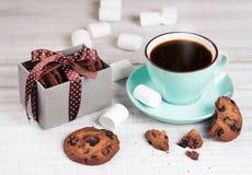 Café et biscuits de tasse sur le bois blanc Breackfast de pastel de vacances Photo libre de droits