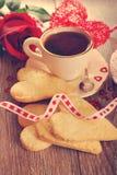 Café et biscuits en forme de coeur pour la valentine dans le style de vintage Image libre de droits