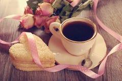 Café et biscuits en forme de coeur pour la valentine dans le style de vintage Photo stock