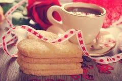 Café et biscuits en forme de coeur pour la valentine dans le style de vintage Images libres de droits