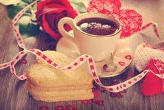 Café et biscuits en forme de coeur pour la valentine dans le style de vintage Photographie stock libre de droits