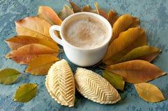 Café et biscuits et feuilles d'automne Image stock