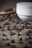 Café et bonbons à savoureux sur un plancher en bois Images libres de droits