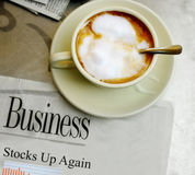Café et bonnes actualités de marché boursier Photo stock