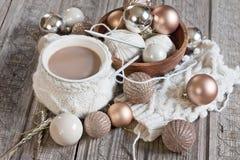 Café et boules de Noël image libre de droits