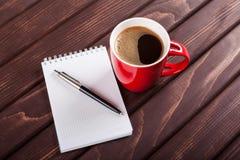 Café et cahier image stock