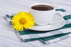 Café et camomille sur une table en bois avec une serviette Photos libres de droits