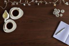 Café et carnet sur la table images stock