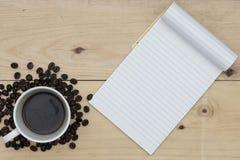 Café et carnet sur la table en bois images libres de droits