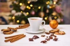 Café et casse-croûte sur la table sur la table de nouvelle année Image stock