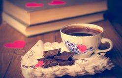 Café et chocolat, à l'arrière-plan du coeur Image stock