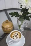 Café et chrysanthème dans un vase le 8 mars Photographie stock libre de droits
