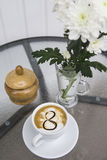 Café et chrysanthème dans un vase le 8 mars Photo libre de droits