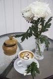 Café et chrysanthème dans un vase le 8 mars Image stock