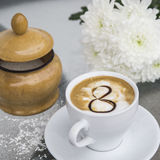 Café et chrysanthème dans un vase le 8 mars Photo stock