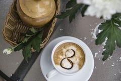 Café et chrysanthème dans un vase le 8 mars Images libres de droits