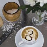 Café et chrysanthème dans un vase le 8 mars Images stock
