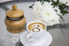 Café et chrysanthème dans un vase le 8 mars Photos stock