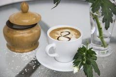 Café et chrysanthème dans un vase le 8 mars Photographie stock