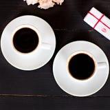 café et coeurs, carte la Saint-Valentin, cadeau, fleurs Photographie stock libre de droits