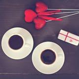 café et coeurs, carte la Saint-Valentin, cadeau, fleurs Photo stock
