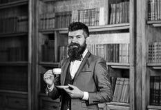 Café et concept de succès L'homme barbu dans le costume cher boit du café photos stock