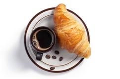 Café et croissant d'un plat photographie stock