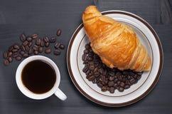 Café et croissant dans le plat images stock