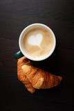 Café et croissant de tasse Image stock
