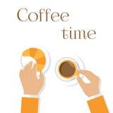 Café et croissants, homme de mains Mains jugeant la tasse de café Photo stock