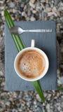 Café et cuillère à café d'un plat images libres de droits