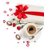 Café et décorations de jour du ` s de Valentine, au-dessus de vue Photographie stock libre de droits