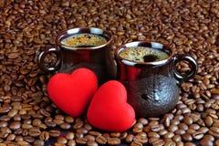 Café et deux coeurs rouges Photographie stock