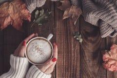 Café et feuilles d'automne chauds Photographie stock
